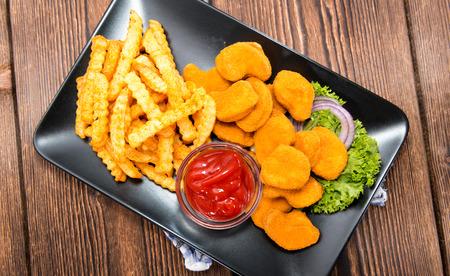 nuggets de poulet: Partie de Nuggets de poulet dor�s avec quelques frites Banque d'images