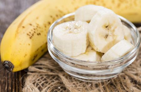 platano maduro: Piezas de pl�tano en un taz�n (close-up shot) con algunas frutas frescas