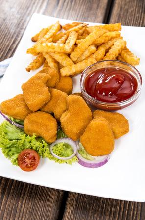 nuggets de poulet: Partie de p�pites de poulet d'or avec des frites Banque d'images