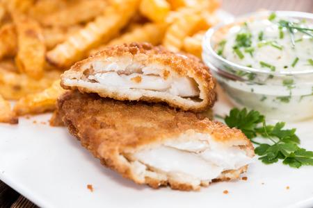fish chips: Filete de salm�n frito con patatas fritas y salsa t�rtara casera Foto de archivo