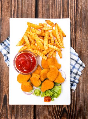 nuggets de poulet: Nuggets de poulet avec frites (d�taill�es gros plan)