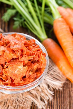 dried vegetables: Hortalizas secas (zanahorias) en el fondo de madera r�stica