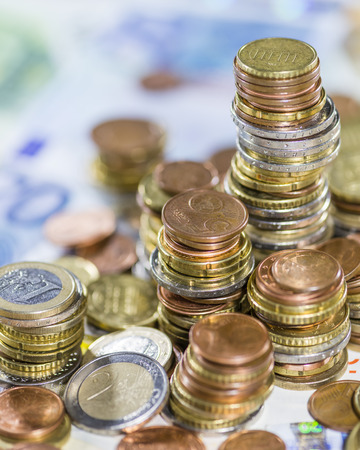 schein: Euro Coins and Bills (detailed close-up shot)