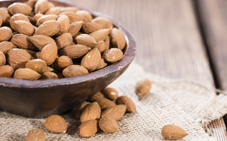 mandel: Almonds (detailed close-up shot) on wooden background
