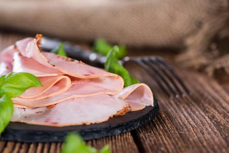 jamon: Rebanadas de jam�n cocido (close-up foto) con hierbas frescas