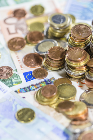 schein: Euro Coins (as detailed close-up shot) on different Banknotes