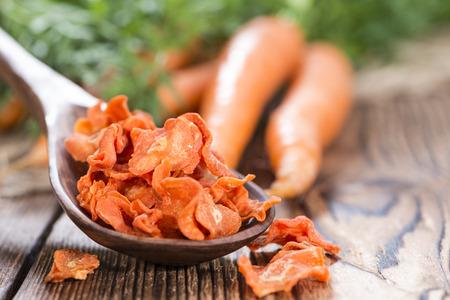 Hortalizas secas (zanahorias) en el fondo de madera rústica