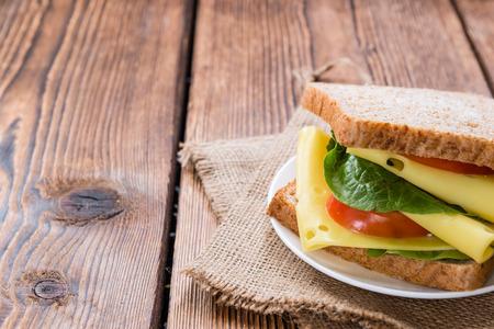 Sandwich au fromage (gros plan) sur fond de bois millésime Banque d'images - 35118926