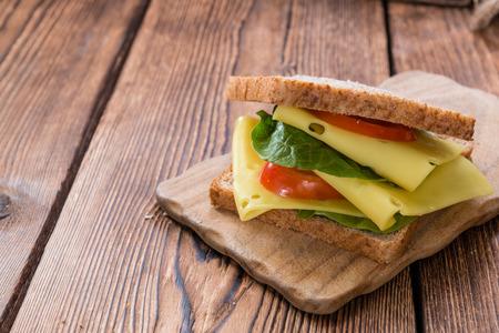 Sandwich au fromage (gros plan) sur fond de bois millésime Banque d'images - 35118726