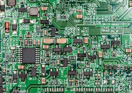 circuitos electronicos: Placa de circuito con una gran cantidad de diferentes componentes (close-up foto)