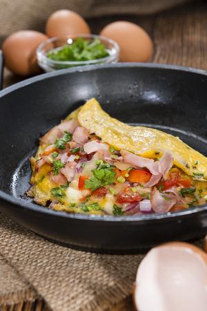 huevos estrellados: Ingenio tortilla de jam�n y queso en una sart�n (close-up foto) Foto de archivo