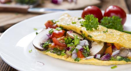 新鮮なマッシュルームとハーブ野菜のオムレツ (接写)