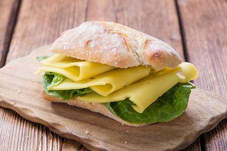 Sandwich au fromage (gros plan) sur fond de bois millésime Banque d'images - 36430421