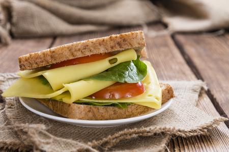 Sandwich au fromage frais fait sur une vieille table en bois rustique Banque d'images - 36815132