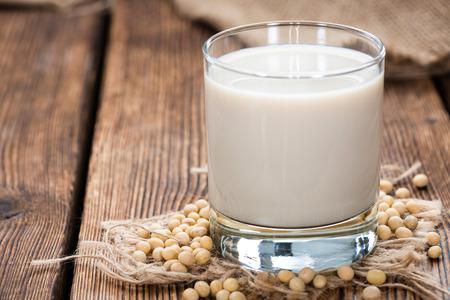 mleczko: Mleko sojowe z niektórych nasion (makro shot) na tle drewniane