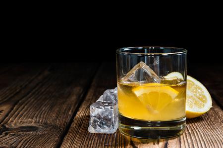 Whiskey Sour met ijsblokjes (close-up shot) Stockfoto