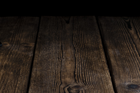 holz: Dark and rustic wooden background (with black Copyspace)
