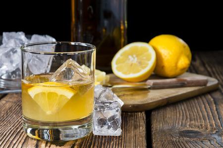 whisky: Cocktail fait frais (Whiskey Sour) sur fond de bois sombre