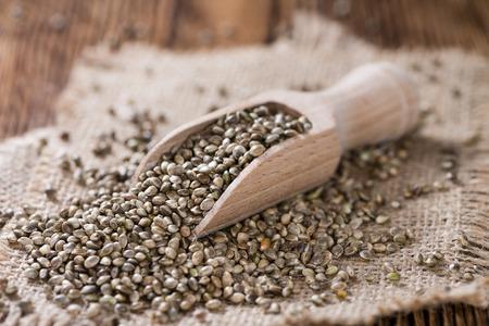 semilla: Montón de semillas de cáñamo en fondo de madera (tiro cloese-up)
