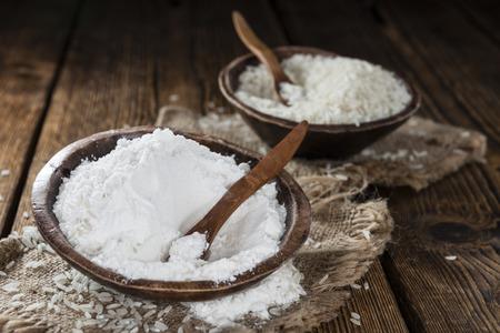 arroz: Porci�n de harina de arroz en el fondo de madera de �poca Foto de archivo