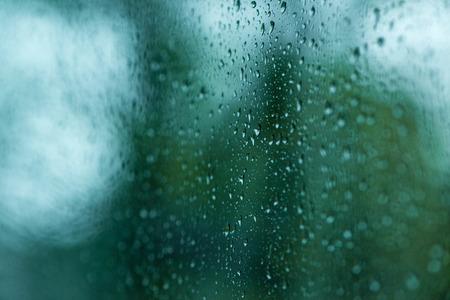 gotas de agua: Gotas de agua en la ventana con el fondo borroso