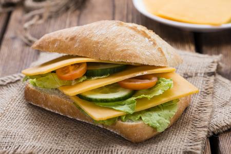 Cheddar Cheese Sandwich (detailed close-up shot) on wooden background Standard-Bild
