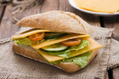 Cheddar Cheese Sandwich (detailed close-up shot) on wooden background Banque d'images
