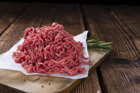 빈티지 나무 배경에 다진 된 고기 (근접) 스톡 콘텐츠