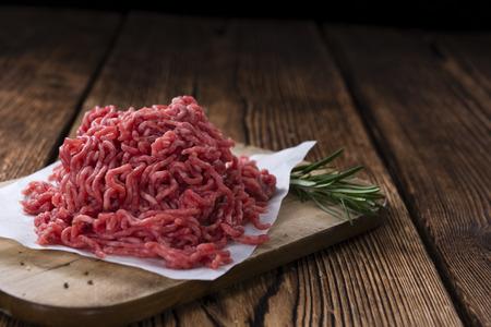 carne picada: Carne picada (cerca de disparo) en el fondo de madera de �poca Foto de archivo