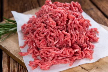 暗い背景の木の詳細なクローズ アップ ショット、ミンチ肉 (牛肉)