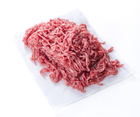 picada: Carne picada (close-up foto) aislado en fondo blanco