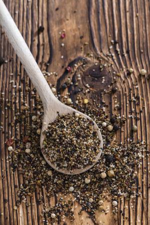 pepe nero: Porzione di pepe macinati come dettagliato close-up shot
