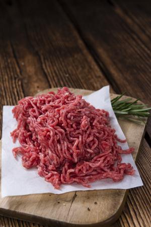 carne cruda: Carne picada (carne de vaca) tan detallado disparo de primer plano en el fondo de madera oscura