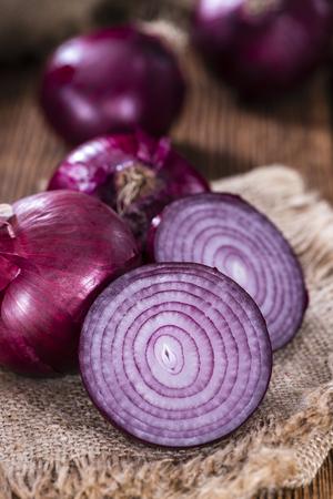 onion: Algunas de las cebollas rojas (primer plano detallado de tiro) en el fondo de madera