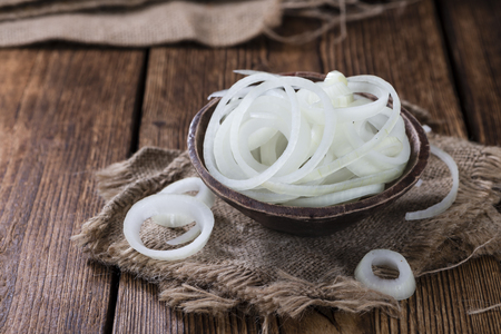 cebolla: Porción de cebollas frescas (blanco) sobre fondo de madera Foto de archivo