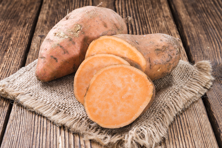 Sweet Potato (close-up shot) on rustic wooden background Banque d'images