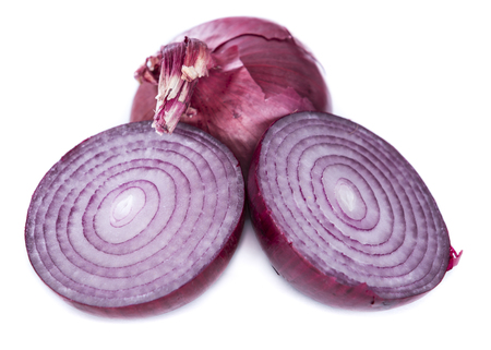 red onion: Las cebollas rojas (close-up shot) aisladas sobre fondo blanco