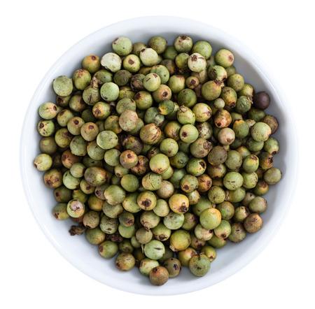 maiz: Algunos granos de pimienta verde aislado en el fondo blanco Foto de archivo
