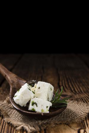 leche y derivados: Queso feta griego en el fondo de madera rústica (cerca de disparo)