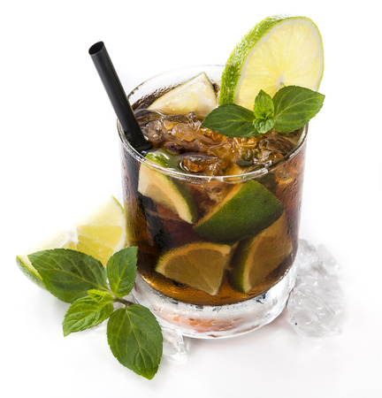 Fresh made Cuba Libre (isolated on white background) with brown rum and lime Imagens