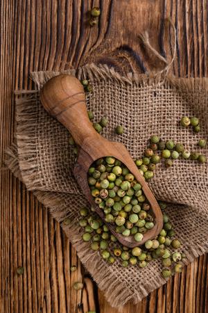 maiz: Granos de pimienta (verde) como se detalla primer tiraron en el fondo de madera de �poca Foto de archivo