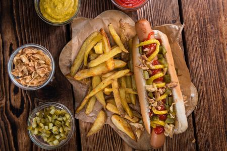 perro caliente: Fresca hecha del perrito caliente (primer plano whot) con cebollas fritas y pepinos