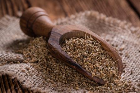 Hoop droge Anise Seeds (geschoten close-up) op uitstekende houten achtergrond