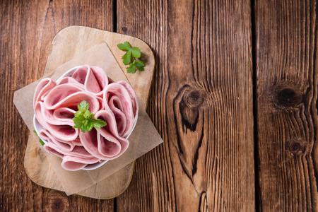 Cutted Ham Saucisse sur fond de bois (mise au point sélective)
