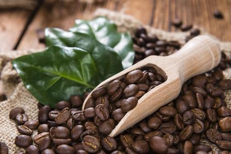 frijoles: Granos de caf� (tostado) en el fondo de madera de �poca