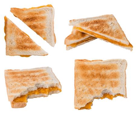 Zelfgemaakte die Kaassandwich op witte achtergrond wordt geïsoleerd (selectieve nadruk)
