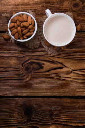 Portion de lait d'amande saine (mise au point sélective) sur fond de bois cru Banque d'images