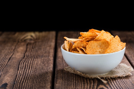 papas: Patatas fritas Rizado (atención selectiva) sobre una mesa de madera de la vendimia