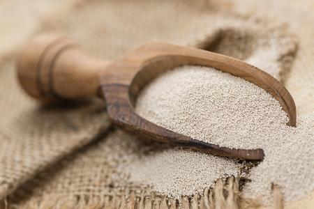 Hoop van droge gist (gedetailleerde close-up shot) op houten achtergrond Stockfoto