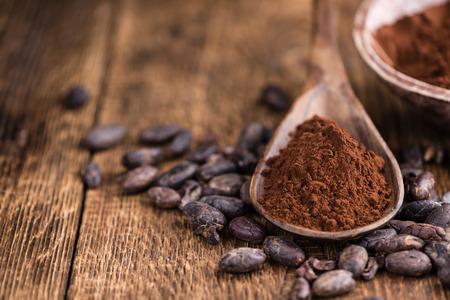 Kakao poeder (selectieve focus) als gedetailleerde close-up shot op houten achtergrond